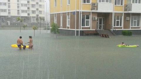 홍수나자 신나게 물놀이 하는 사람들