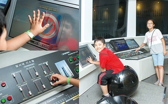 박상준, 박유영 기자가 우주과학관에 마련된 모형 발사통제실에서 나로호를 발사시키고 있다. - AZA studio 제공