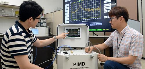 한국전자통신연구원이 개발한 '고정밀 왜곡신호 측정 장치'를 이용하면 왜곡신호가 생기는 위치를 10cm 오차범위 안에서 찾을 수 있다. - 한국전자통신연구원 제공