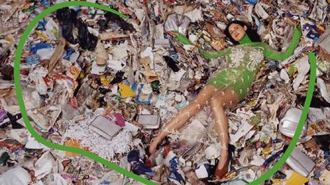 패션모델이 쓰레기 더미에 누운 이유