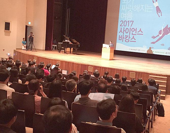 사이언스 바캉스 행사 개최에 앞서 축하하고 있는 김두희 동아사이언스 대표 - (주)동아사이언스 제공