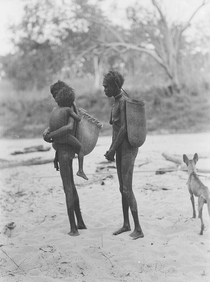 아이를 안고 있는 아른헴 지역의 아보리진 여성. 수렵채집사회의 여성들은 흔히 유방을 드러내고 다닌다. 물론 전통 사회에서도 유방은 성적 상징의 기능이 있지만, 현대 서구 사회처럼 '과도'하지는 않다. - National Museum of Australia 제공