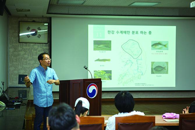 지사탐 대원을 위해 민물고기 교육을 진행한 중앙내수면연구소 최성국 연구원. - 남윤중(AZA studio) 제공