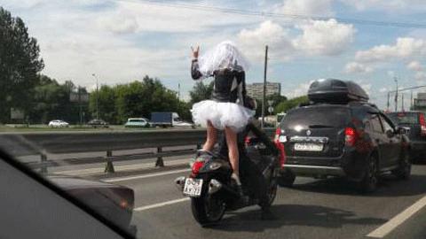 오토바이 타고 달리는 신부