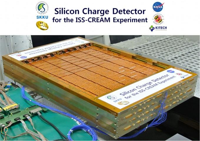 박일흥 성균관대 물리학과 교수팀은 한국전자통신연구원(ETRI)과 공동으로 개발한 대형 실리콘 전하량 검출기(SCD). 15일 국제우주정거장(ISS)으로 이송돼 3년간 우주 관측 임무를 수행할 예정이다. - 성균관대 제공