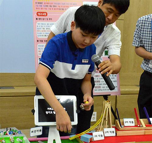 대통령상 수상자인 안덕룡 군이 14일 정부과천청사 과학기술정보통신부 브리핑실에서 자신의 발명품을 설명하고 있다. 친구들과 재미있게 놀 수 있는 장난감을 만들자는 생각이 발명의 시작이었다고 밝혔다. - 국립중앙과학관 제공