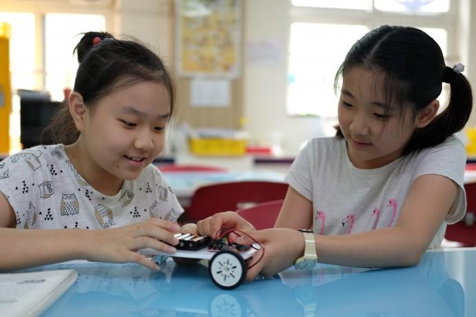 이번 수업에 참여한 소감과 포부를 말해준 박예린(왼쪽), 김민서(오른쪽) 학생. 예린 학생은 이런 메이커 수업을 할 수 있는 초등 교사, 민서 학생은 검사나 발명가가 꿈이라고 말했다. - 염지현 제공