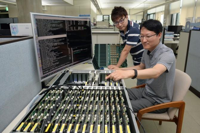 마이크로 서버를 개발한 연구자들(왼쪽부터 신지호, 권원옥 책임연구원)이 마이크로 서버의 주요 하드웨어 부품들을 시연하고 있다. - 한국전자통신연구원 제공