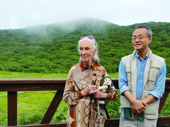 한국에 온 제인 구달 박사는 최재천 교수와 함께 대암산용늪을 직접 방문해 환경보호의 중요성을 알렸다. - 내친구봄이 제공