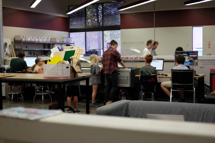 방학 기간을 이용해 메이커 스페이스를 이용하고 있는 미국 청소년들 모습. 사진에 보이는 친구들은 레이저 커팅기를 이용한 벽걸이 시계 만들기가 한 - 염지현 제공