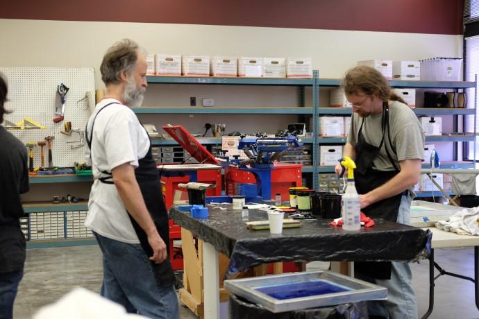 이번주부터 수업을 듣기 시작했다던 두 중년의 남성은 티셔츠에 그림을 인쇄하는 과정에 대한 교육을 받고 있었다. - 염지현 제공