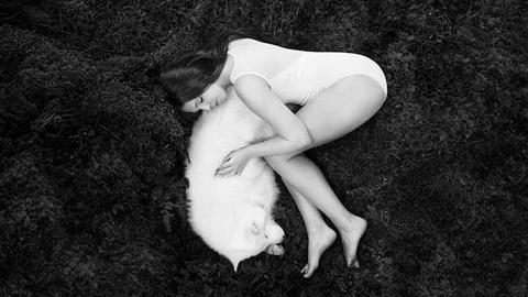 여인과 늑대, 국제 흑백 사진전 우승작