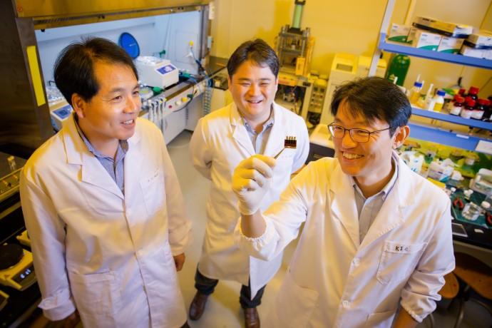 울산과학기술원 연구팀은 태양전지의 발전효율을 높이기 위해 실리콘-페로브스카이트 탠덤 태양전지를 연구하고 있다. 왼쪽부터 석상일, 송명훈, 최경진 교수 - UNIST 제공