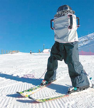 뉴질랜드 퀸스타운에서 스키를 타고 있는 인간형 로봇 '다이애나'. - 엄윤설 교수 제공