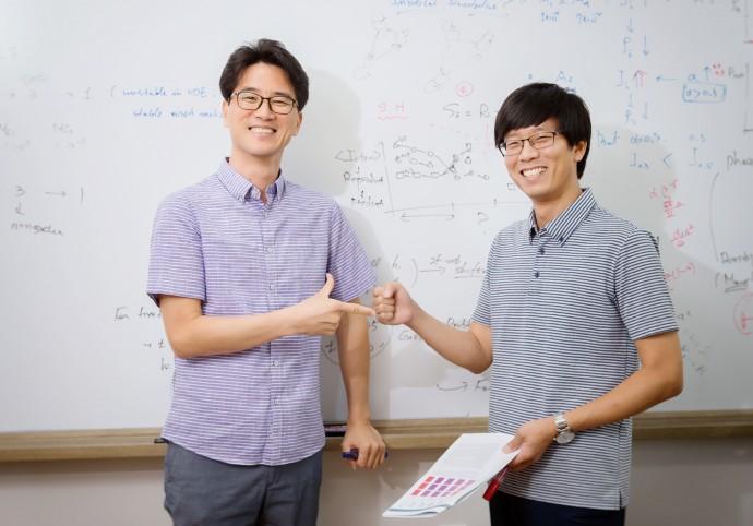 장봉수 교수(왼쪽)와 박준표 연구원(오른쪽)이 가위바위보 게임을 하며 이번 연구를 설명하고 있다. - UNIST 제공