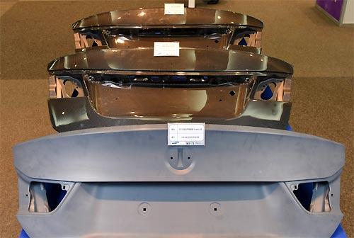 탄소섬유복합재료로 만든 자동차 트렁크 리드(덮개). 탄소섬유복합재료는 가볍고 튼튼한데다 다양한 모양으로 가공할 수 있어 친환경차의 경량화에 필수적인 소재로 꼽힌다. - 재료연구소 제공