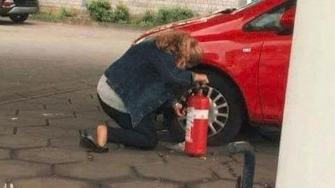 바람 빠진 타이어를 고치는 여성