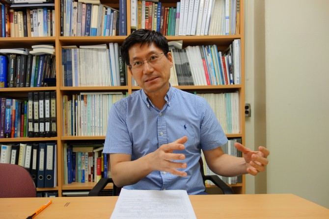 신경진 연세대 법의학과 교수가 DNA분석 기술에 대해 설명하고 있다. - 김진호 제공