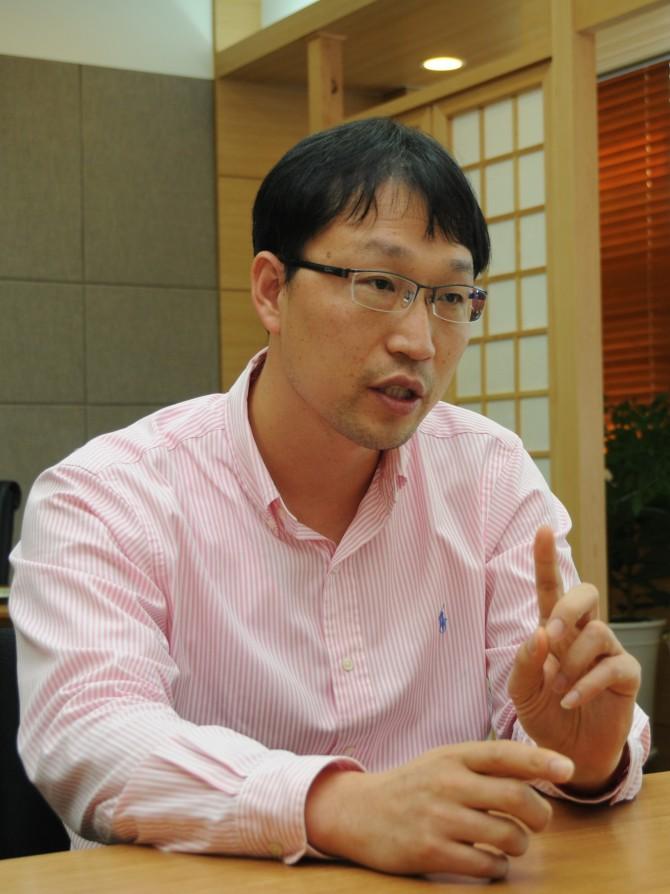 이재영 교수가 하이드리진 연료전지 연구성과를 설명하고 있다. - GIST 제공