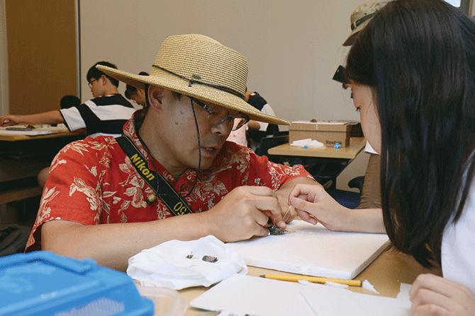 장이권 교수와 지사탐 대원이 함께 곤충 표본을 만들고 있다. - 어린이과학동아 제공
