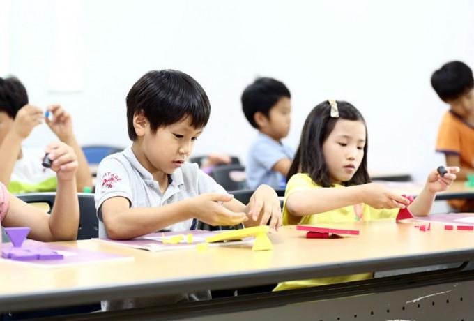 생활과학교실에서 과학 체험 활동을 하고 있는 아이들. - 경기도청 제공
