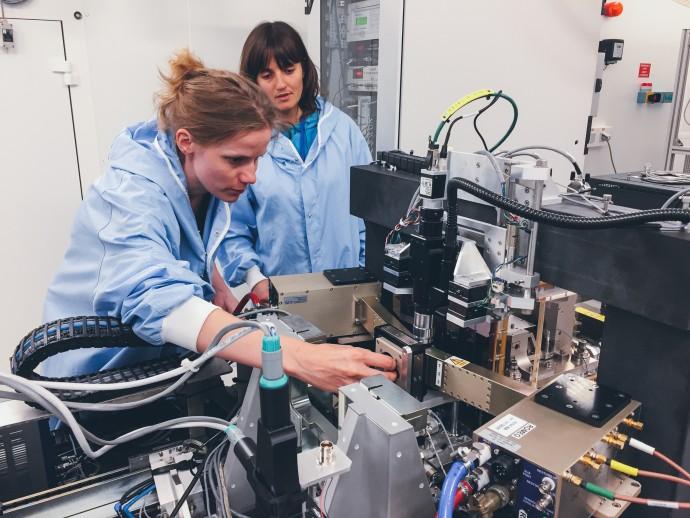 논문의 1저자인 이네스 쉬라이버 독일연방 위험평가 연구소 연구원(왼쪽)이 줄리 빌라노바 유럽 싱크로트론 방사광가속기 연구소 연구원과 함께 문신 잉크 입자를 추적 중이다. - ESRF/Ines Schreiver 제공