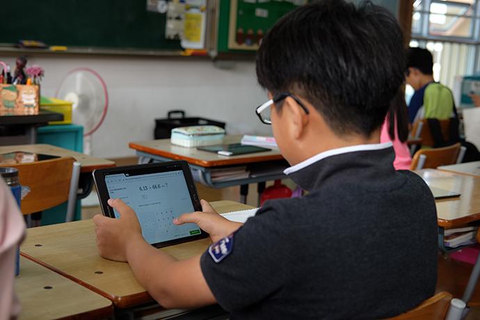 학생들이 각자 태블릿을 활용해 소수의 덧셈 연습 문제를 풀고 있다. - 염지현 제공