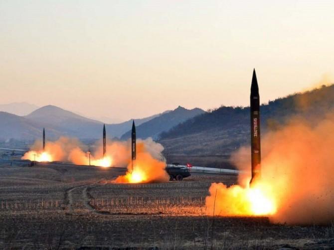 발사 중인 북한 미사일. 계속되는 북한 핵 실험과 미사일 발사로 인해 전쟁을 걱정하는 목소리가 커지고 있다. 그러나 또한 한국인들은 전과 다름없는 일상을 살아가고 있다. - Eget verk 제공