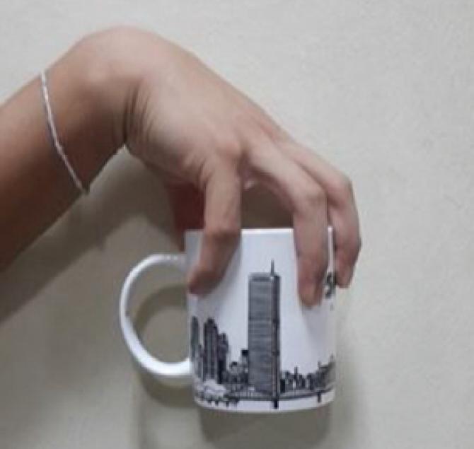 걸을 때 컵에서 커피가 넘치지 않도록 잡는 방법의 예 - AIR 제공