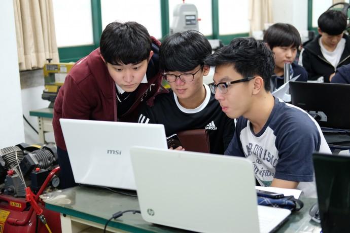 맨 왼쪽 이건모(영등포고 3년) 군이 2학년 재학생과 그 옆 싱가폴 학생의 활동을 돕고 있다. - 염지현 제공