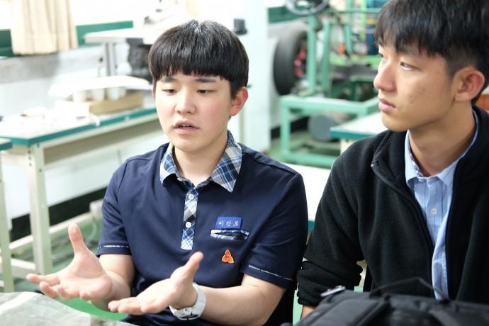 이건모(왼쪽) 학생은 꿈이 IT기업의 CEO, 엄희준(오른쪽) 학생은 꿈이 교육공학자라고 말했다. - 염지현 제공