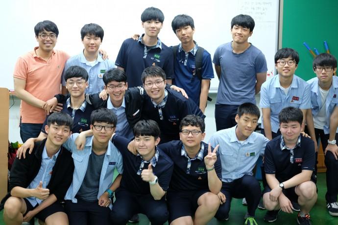 김주현 선생님과 함께 메이커 활동을 이어가고 있는 영등포고 학생들 모습. 김 교사는 각자가 '리더'로 설 수 있는 메이커 활동을 이끌 때, 철저하게 성적은 배제한다고 말했다. - 염지현 제공