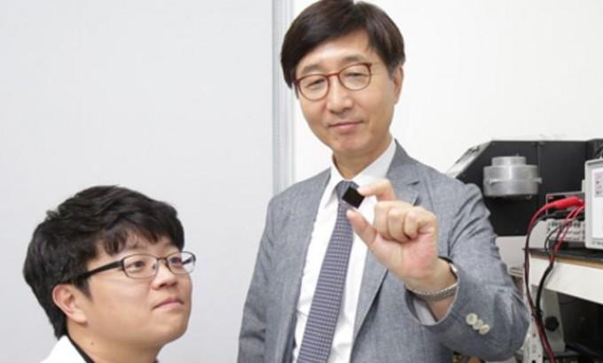 박남규 성균관대 화학공학과 교수가 제자와 함께 페로브스카이트 태양전지 소자를 보고 있다.