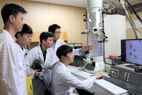육종민 KAIST 교수팀은 그래핀 터널을 이용해 투과전자현미경에서 흐르는 액체 속에 있는 물질도 관찰할 수 있는 기술을 개발할 계획이다. 예컨대 산성과 알칼리 액체를 번갈아 흘려보내는 과정에서 일어나는 변화를 실시간으로 관찰할 수 있게 되는 것이다. - 육종민 KAIST 교수 제공