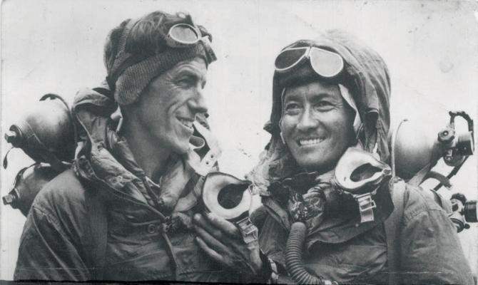 최초로 에베레스트 정상을 등반한 에드먼드 힐러리(왼쪽)와 셰르파 텐징 노르게이. - Jamling Tenzing Norgay 제공
