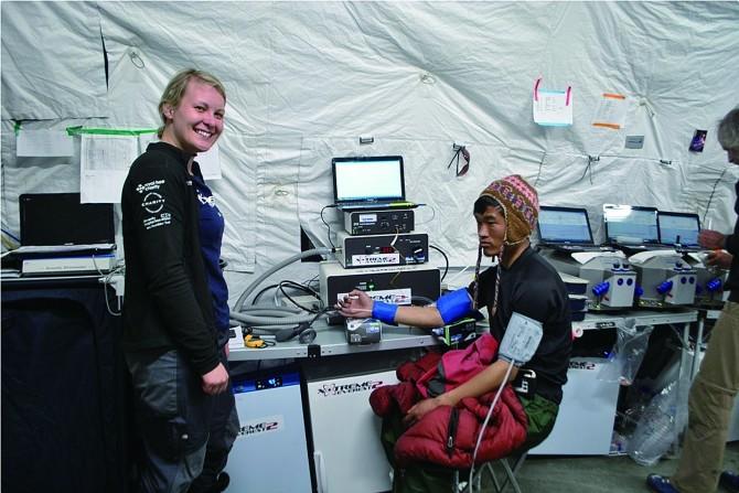 영국 케임브리지대와 런던대, 오스트리아 인스부르크의대 공동연구팀의 한 연구원이 에베레스트 베이스캠프에서 셰르파의 생리 상태를 검사하고 있다. - Xtreme Everest 제공