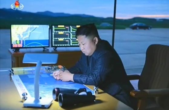 북한이 화성-12형의 최초 정상각 발사 후 공개한 사진. 김정은 조선노동당 위원장의 옆으로 보이는 화면을 분석한 결과, 화성-12형의 사거리는 3600~3700km로 추정된다. 사거리가 2700km였던 1차 발사에서는 실패한 듯 보였으나, 2차 발사에서는 3700km를 비행해 목표 수역에 도달했다. - 조선중앙 TV 제공