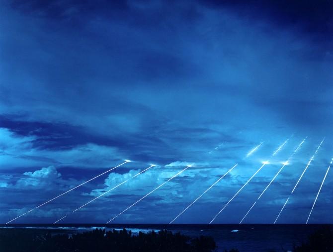 미국의 다탄두 각개 목표 재돌입 미사일인 '피스키퍼'. 8개의 재돌입체가 태평양 환초섬에 명중하고 있다. 재돌입체 각각의 파괴력은 히로시마에 투하된 원자폭탄의 20배다. - public domain 제공