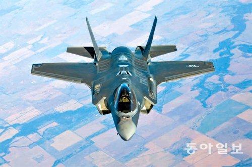 미국 공군이 운영하는 스텔스 전투기 F-22랩터.