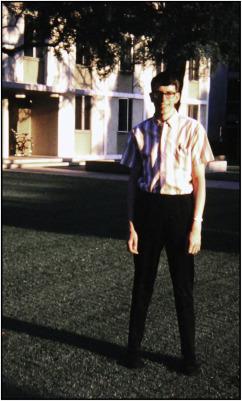 1960년대 후반 칼텍의 대학원생 로널드 코놉카(사진)는 일주리듬을 잃은 돌연변이 초파리를 만드는 연구를 설계하고 실험을 진행해 멋지게 성공했다. 그와 지도교수 시모어 벤저가 쓴 1971년 논문은 현대 생체시계 연구의 출발점으로 평가되고 있다. 코놉카는 2015년 자택에서 숨진 채 발견됐다. - 셀 제공