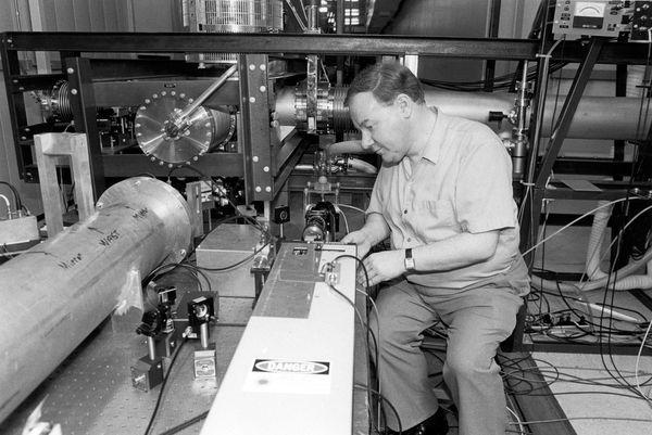 어릴 때부터 전자장치를 만드는 걸 좋아했던 로널드 드레버는 1987년 출범한 라이고 프로젝트의 설립자로 검출기를 설계하는데 큰 기여를 했다. 드레버는 말년에 치매로 고생하다 올해 3월 7일 타계했다. - 칼텍 아카이브 제공