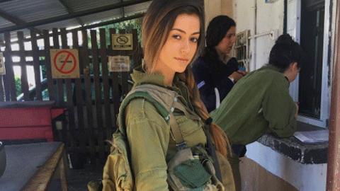 군복이 더 아리따운 여자