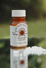 환자가 가짜 약이라는 사실을 알아도 여전히 플라시보 효과가 나타난다는 연구결과가 있다. 플라시보 약이 필요할 경우 인터넷에서는 살 수 있는데, 사진 속의 제품은 설탕으로 만든 작은 알약이 들어있다. - Universal Placebos 제공