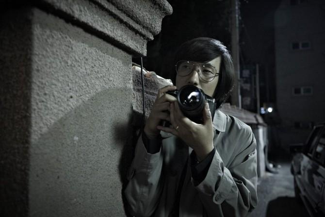 극중 사진기자 역할로 카메오 출연한 윤종빈 감독 - (주)쇼박스 제공