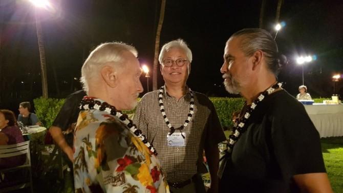 왼쪽부터 아폴로 11호 우주인이었던 버즈알드린, 이태식 한양대 교수, 핸크 로저스 블루플래닛파운데이션 회장이 우주기지 건설 협력을 위해 하와이에서 만나 인사를 하고 있다. - 이태식 한양대 교수 제공