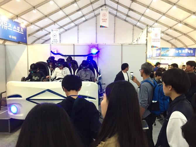 가상현실 바이킹을 체험할 수 있는 VR 라이딩은 주제 전시관에서 가장 줄이 긴 부스였다. - 신수빈 기자 제공