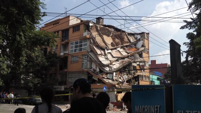 9월 19일 지진으로 무너져 내린 멕시코시티의 건물. - AntoFran(W) 제공