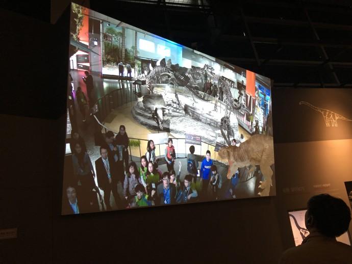 증강현실 기술을 이용해 관람객 사이에 실제 공룡이 뛰어디는 모습을 스크린을 통해 관찰할 수 있다. - 오가희 기자 solea@donga.com 제공