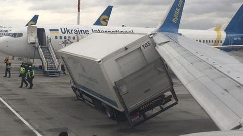 공항서, 비행기 날개와 트럭이 충돌해