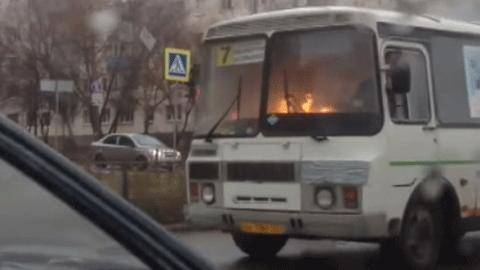 불타면서 도로를 달리는 버스 '포착'